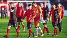 Caras que dicen todo. Grimi, Rivero, Ibáñez, Rotondi y Figueroa se retiran del campo de juego con la desazón por la eliminación en la Copa Santa Fe. El conjunto rojinegro fue derrotado por 1 a 0 y dejó una pálida imagen.