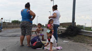 Chicos con hambre. El escenario social expone crudas necesidades de los más débiles.