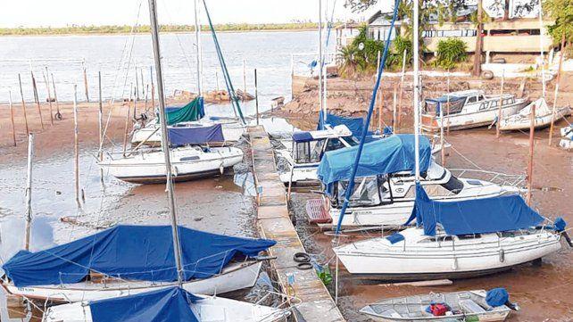 En la tierra. Así estaban ayer las embarcaciones de una guardería de la zona norte.