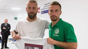 Apoyo. Santiago Morero (derecha) junto a Daniele De Rossi, de la Roma.