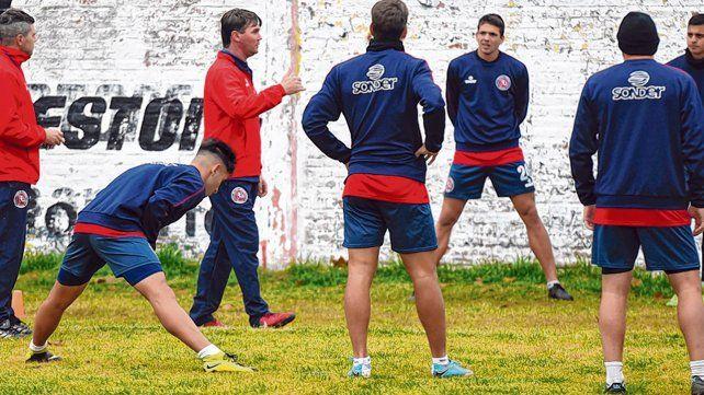 En el Gabino. Claudio Pochettino les explica a sus jugadores los conceptos tácticos durante una práctica.