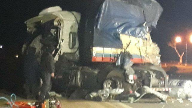 Así quedó uno de los camiones que chocaron en la ruta 33.