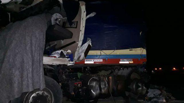 Así quedó uno de los camones tras el choque en la ruta 33.