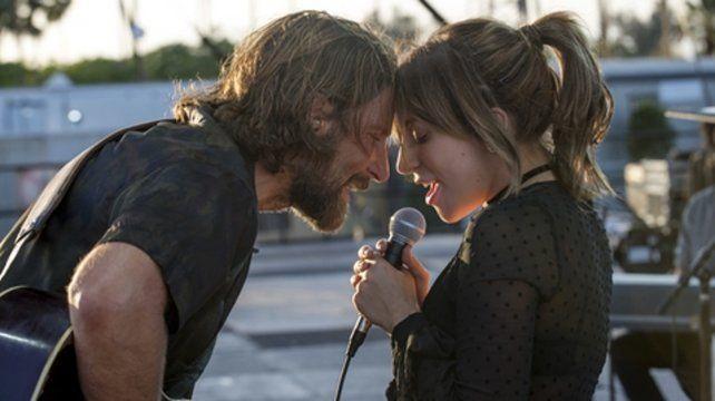 La estrella del pop junto a Bradley Cooper en la nueva versión del filme.