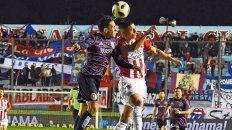 Esfuerzo. Lalo Pérez intenta ganarle de arriba a Apaolaza. El charrúa hizo lo que pudo.