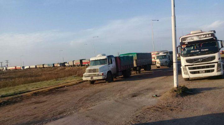 Transportistas cerealeros protestan en la ruta 33 contra el aumento de tarifas