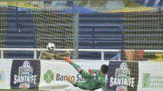 Gol. Marcelo Miño no logra adivinar el disparo de Sandoval y se convierte en el primero de Colón.