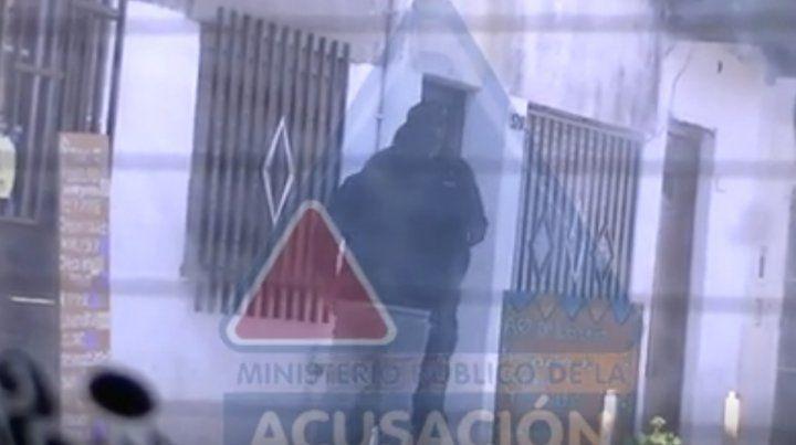 La víctima hizo una entrega controlada de dinero donde el policía fue detenido. (Foto: captura de video)