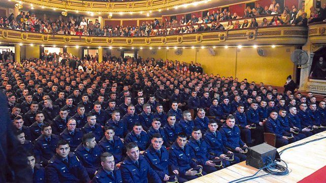Egresados. Unos 345 cadetes que cursaron sus estudios en Rosario  tuvieron ayer su ceremonia de colación en un repleto teatro Astengo.