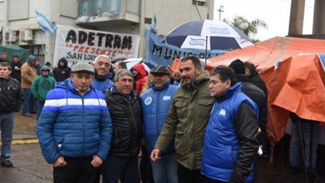 En lucha. Leoni y dirigentes de Festram frente al municipio.