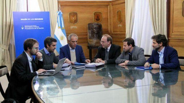 Recortes. El secretario Alejandro Caldarelli (en el medio) analizó el plan de ajuste en las provincias.