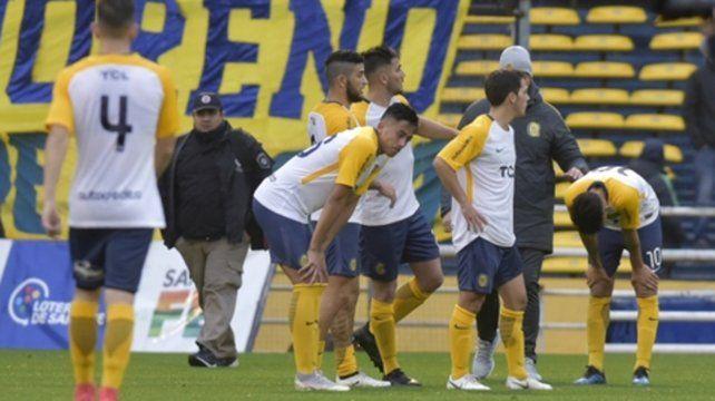 Desconsuelo. Los jugadores canallas son el fiel reflejo de la tristeza ni bien el árbitro Pablo Díaz pitó el final del partido.