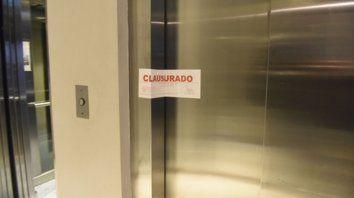 Accidente. Un ascensor del céntrico hotel Savoy se cayó con al menos nueve ocupantes en su interior. Polémica por la normativa.