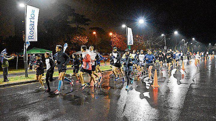 Corriendo. La actividad fue en una jornada lluviosa.
