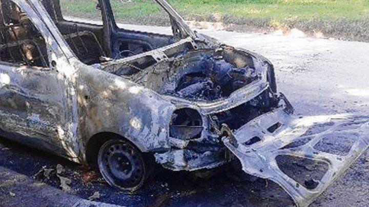 Camino rural. Los homicidas quemaron el vehículo de la víctima.