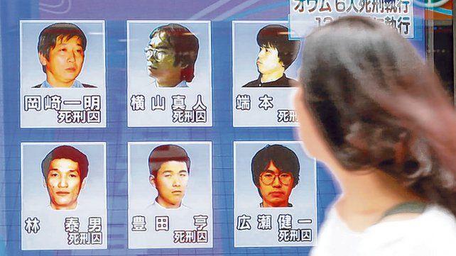 colgados. Un noticiero japonés muestra los rostros de los seis terroristas ejecutados ayer en Tokio.