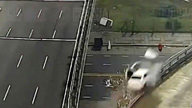 Un auto que circulaba a 170 kilómetros, perdió el control y voló