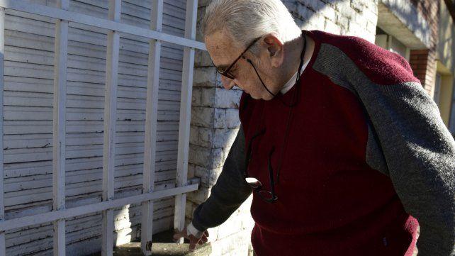 El padre del juez Juan Carlos Vienna exhibe uno de los balazos que dieron en su casa.