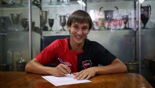 {altText(El defensor puso la firma esta tarde y se suma al plantel dirigido por De Felippe por una temporada. (Foto: #CANOBoficial),Bíttolo puso la firma y ya es jugador de Newell's)}