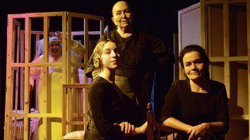 Dora María Irazusta, Raquel Etchegaray, Inés Bugnone y Agostina Pozzi interpretan la pieza.