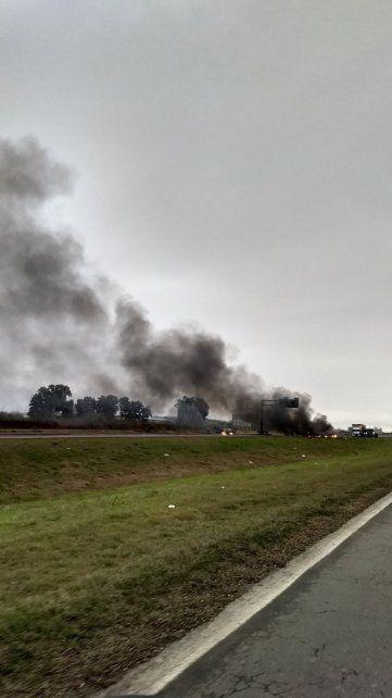 Los manifestantes prendieron gomas y el humo se observa desde lejos. (Foto: @luchocecchini)