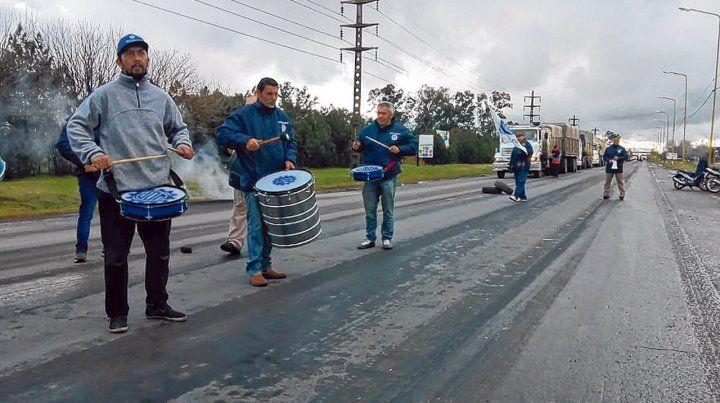 protesta. Los trabajadores interrumpieron de manera intermitente el  tránsito en la ruta 33 para exteriorizar la grave situación que los  afecta.