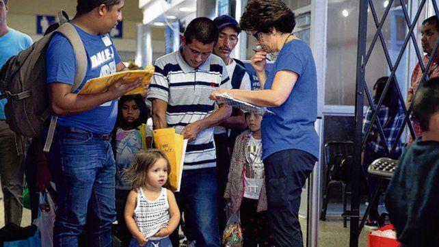 Final feliz. Una pequeña oriunda de Honduras vuelve con sus padres.