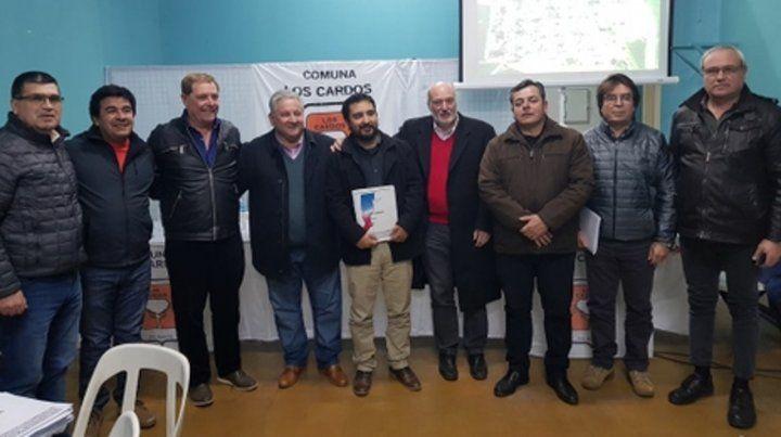 juntos. Los jefes comunales de 9 localidades se reunieron en Los Cardos.