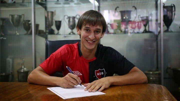 Un leproso más. El defensor firmó y posó con la camiseta de Newells.