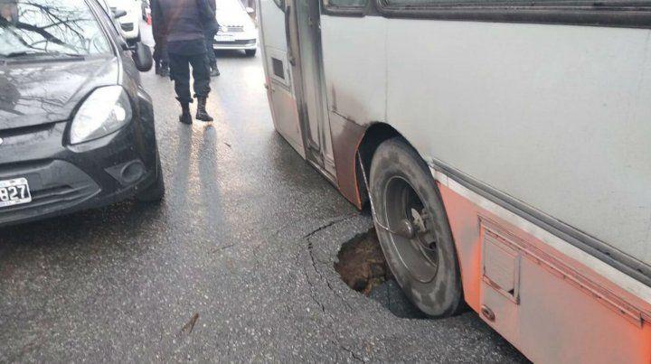 El pavimento cedió y una rueda del micro quedó atascada.