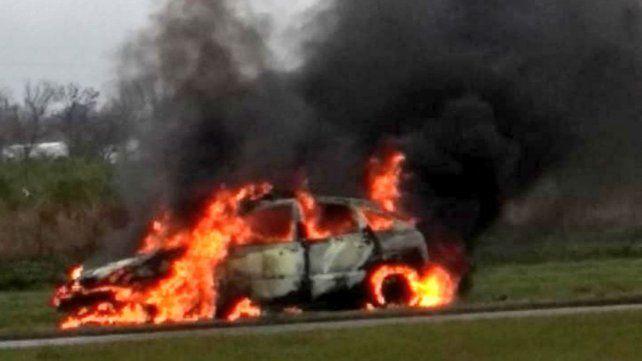 El vehículo quedó totalmente destruido por las llamas.