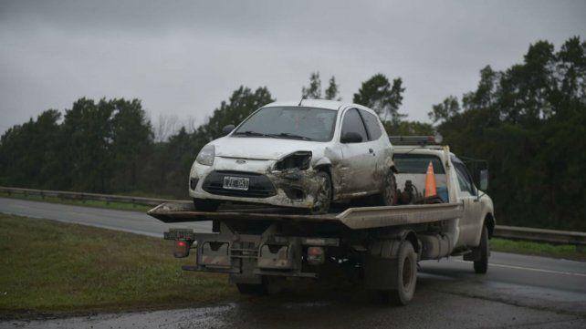 El Ford K que chocó contra el guardarril de la autopista a Santa Fe.