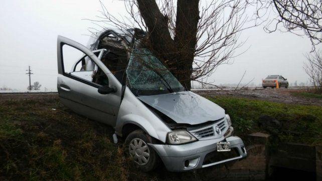 Dos muertos al despistarse un auto e impactar contra un árbol cerca de Villada