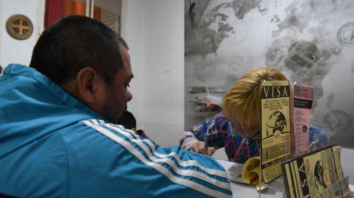 Las consultas en Rosario para emigrar del país se acercan al nivel del 2001