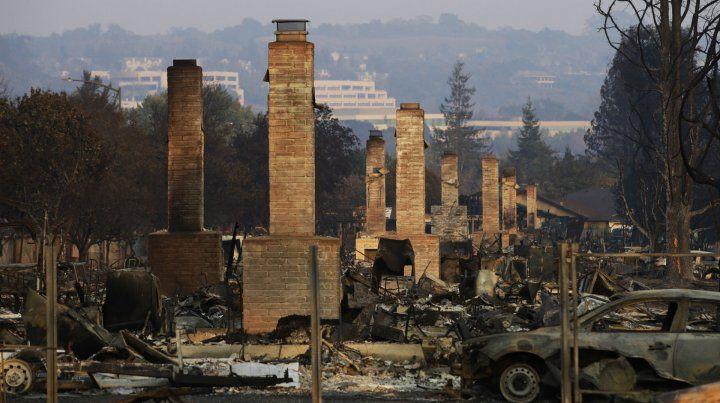 Devastación. Las típicas casas de madera arden hasta los cimientos y sólo quedan en pie las chimeneas.
