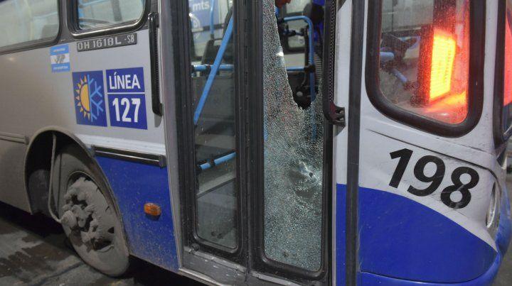 Impacto. Uno de los balazos perforó la puerta delantera de la unidad.