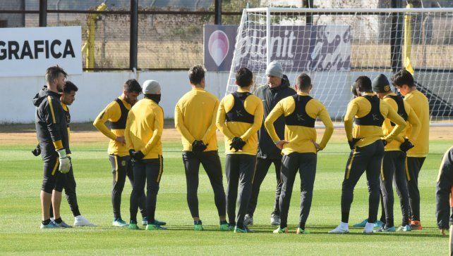 El Partón Bauza habla en medio de todos los jugadores del equipo titular