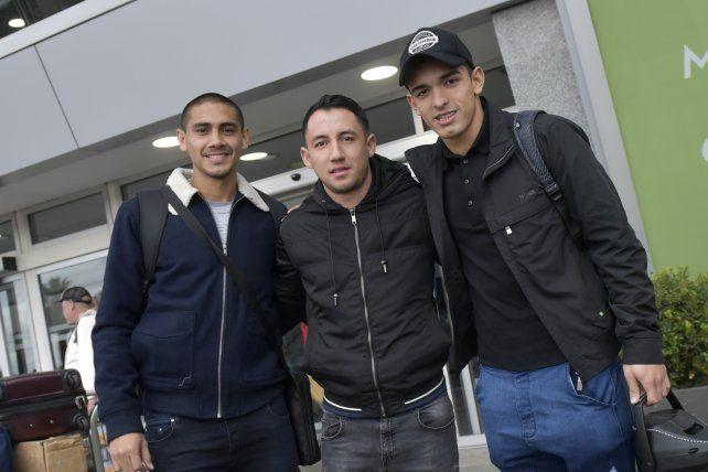 <div>Paredes, Piris y Oviedo posan para Ovación en las afueras del aeropuerto.</div>
