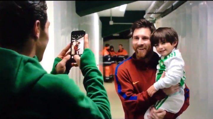 Messi tuvo un tierno gesto con un nene de dos años y el video se viralizó