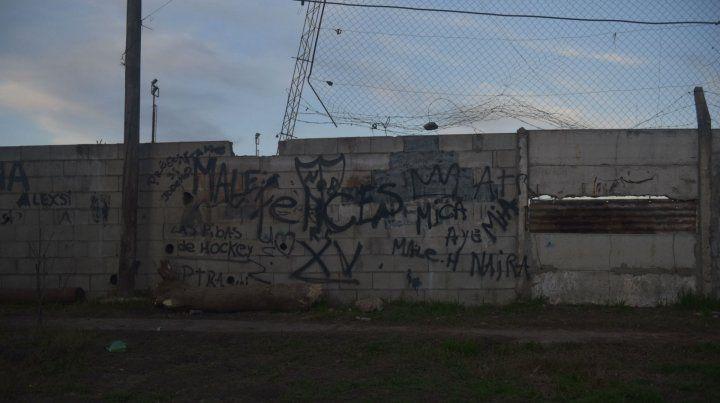 Zona oeste. La víctima fue hallada junto al paredón de la cancha de Juan XXIII.