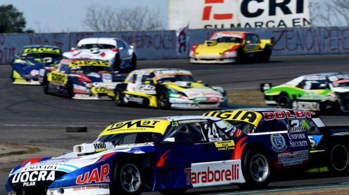 Al acecho. Muchiut intenta con el Ford pasar a Martín Vázquez (24) por detrás.