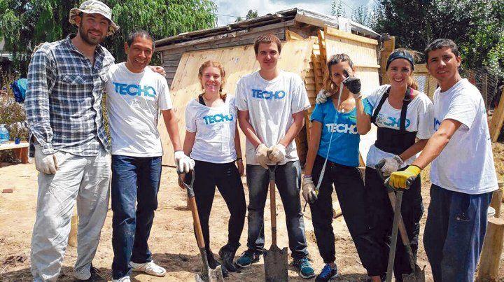 Manos a la obra. Los voluntarios de la organización levantan casas de madera en un fin de semana y trabajan codo a codo con los vecinos.