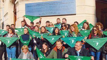 Pañuelazo legislativo. Diputados, senadores y concejales de distintos partidos, ayer, en la puerta del Palacio Vasallo.