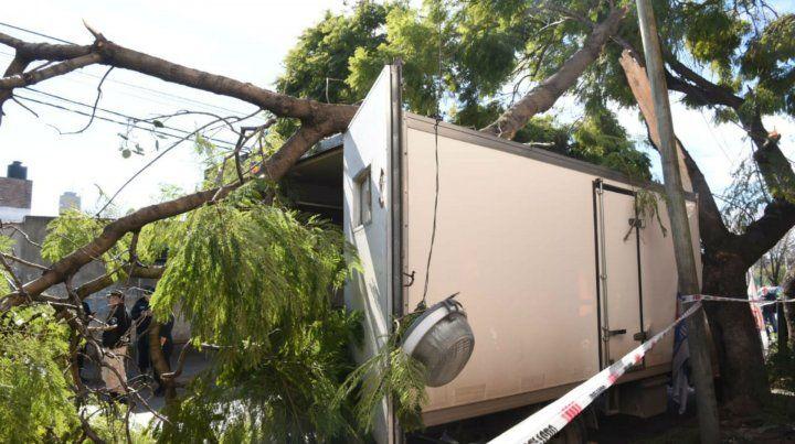 Hasta ahí llegó. Así quedó el camión repartidor conducido por el ladrón.