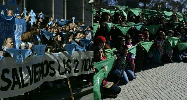 Grupos a favor y en contra del aborto defendieron sus posturas en dos pañuelazos