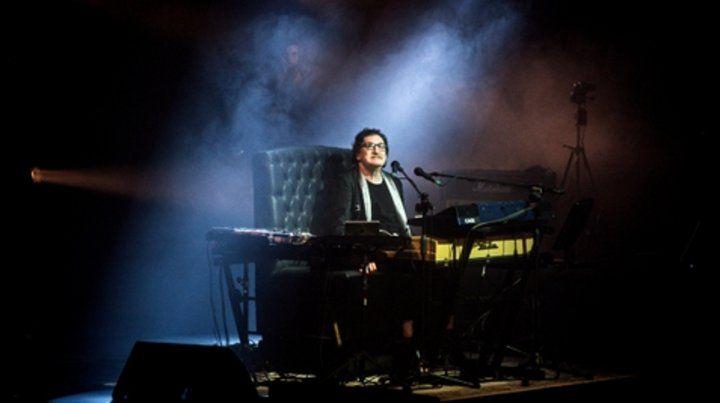 En su trono. Charly tocó el teclado y cantó 26 canciones ante más de 3 mil personas en la capital cordobesa.