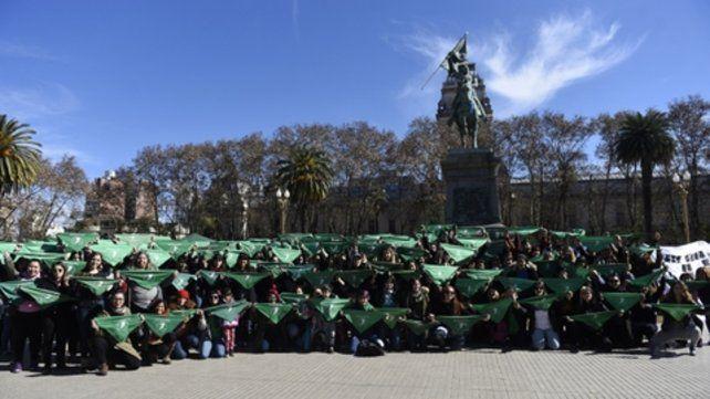 En la plaza. Los pañuelos verdes coparon la escena en Córdoba y Dorrego.