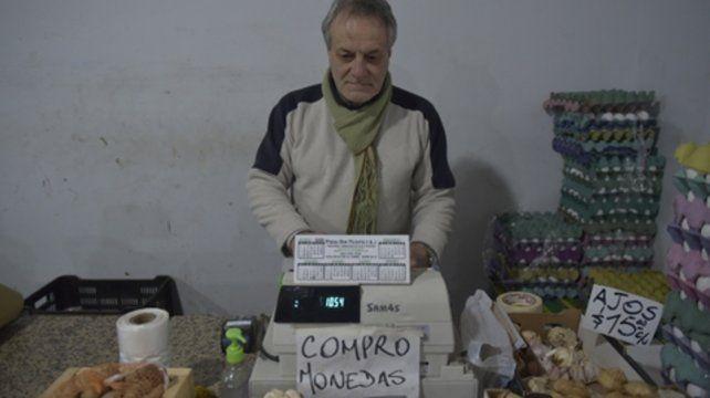 Ingenio popular. En una verdulería del Mercado del Patio se ofrece pagar un cinco por ciento más el valor de las monedas.