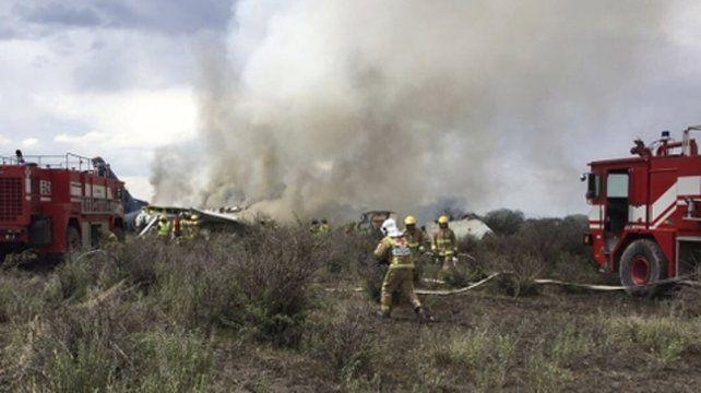 Vivir para contarla. Los bomberos extinguen las llamas de la aeronave en el Aeropuerto de Durango.