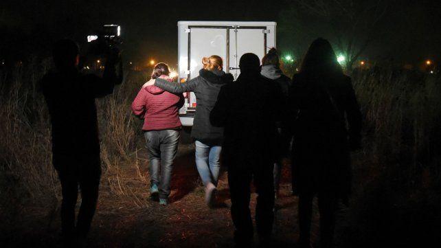 Familiares de la víctima en el lugar donde apareció el cadáver.